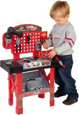 Верстак-стол игрушечный Smoby Ремонтная мастерская Тачки с машинкой Маккуин (500189) - ребенок рядом с мастерской
