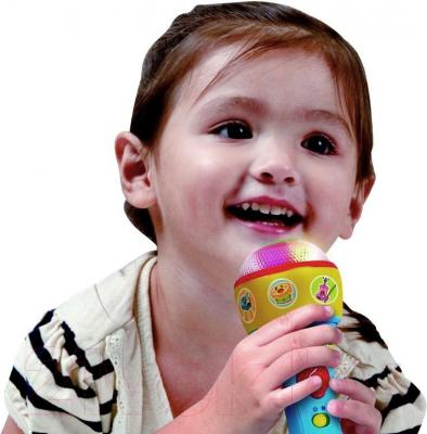 """Развивающая игрушка PlayGo Микрофон """"Поем вместе"""" (2664) - ребенок с игрушкой"""