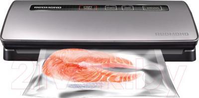 Вакуумный упаковщик Redmond RVS-M020 (серебристый) - в работе